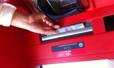 Thu phí thẻ ATM: Hàng loạt khoản trời ơi đất hỡi