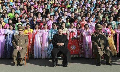 Phụ nữ Triều Tiên bật khóc khi chụp hình cùng ông Kim Jong-un