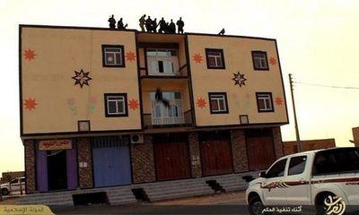 Phiến quân IS ném người đồng tính từ nóc nhà xuống đất