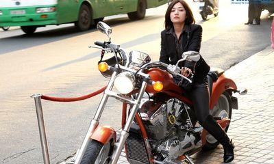 Tinna Tình gây sốc khi chạy xe mô tô 600 triệu đi sự kiện