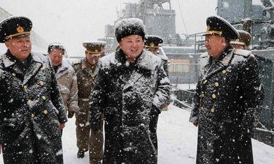 Nhà lãnh đạo Kim Jong-un đội tuyết thị sát căn cứ tàu ngầm