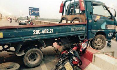 Miền Bắc - Gây tai nạn, chiếc xe tải nằm vắt vẻo giữa lan can trên cầu Thanh Trì