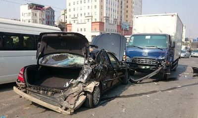 Miền Bắc - Dừng xe sát lề đường, Mercedes bị xe tải đâm nát đuôi