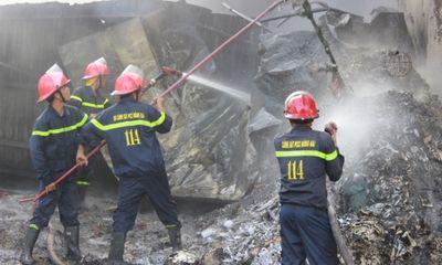 Ngọn lửa thiêu rụi kho phế liệu, hàng trăm người hoảng loạn