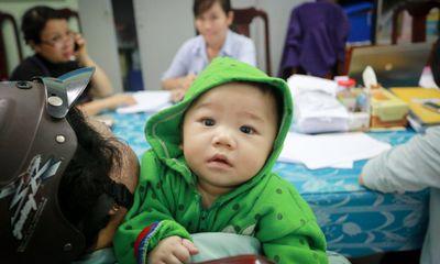 Đưa bé 7 tháng tuổi bị mẹ bỏ rơi vào làng trẻ mồ côi