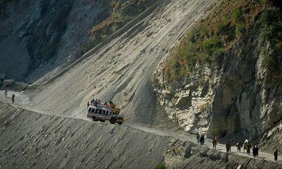 Xe buýt lao từ vách đá cao 100m xuống sông, 23 người chết
