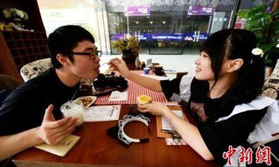 Rộ trào lưu uống cà phê do hotgirl 'đút' cho khách