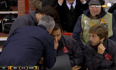 Mourinho nổi điên với trợ lý trong chiến thắng nhọc nhằn ở Europa League