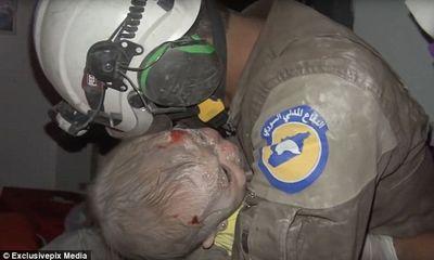 Lính cứu hộ Syria khóc òa khi cứu bé gái sau cuộc không kích