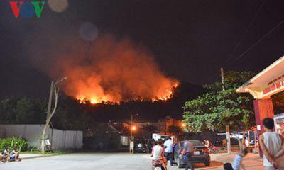 Hàng trăm người dập cháy rừng trong đêm ở Quảng Ninh