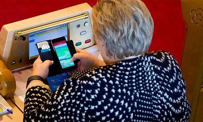 Thủ tướng Na Uy chơi Pokemon Go tại kỳ họp quốc hội