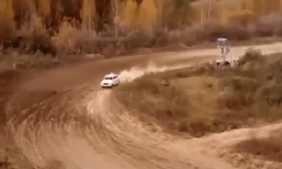Giây phút xe đua lao vào trạm kiểm soát khiến 1 người chết