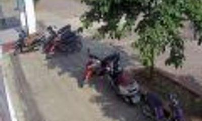 Bẻ khóa xe máy trong 3 giây bằng vật thể lạ