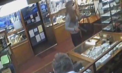 Gã đàn ông giả gái mang súng vào cướp cửa hiệu trang sức bị đánh chạy tụt váy