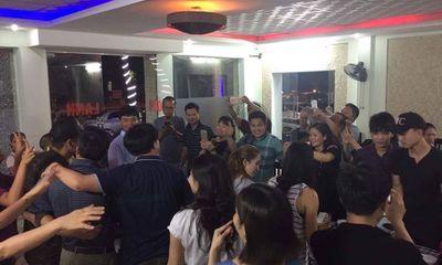 Fan vùng lũ tìm đến khách sạn cả đêm để chụp hình với MC nổi tiếng