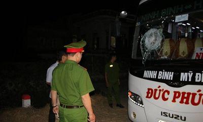 Xe khách bị ném đá, hơn 20 hành khách hoảng loạn