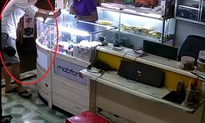 Giả vờ mua hàng, tên cướp ôm điện thoại bỏ chạy