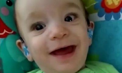 Biểu cảm của bé trai khiếm thính lần đầu nghe tiếng mẹ làm 'chao đảo' dân mạng