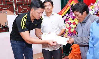 Bình Minh, Nguyễn Hồng Thuận đội mưa tặng quà, xây nhà cho người dân vùng lũ