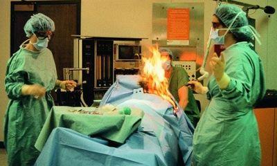 Bệnh nhân... xì hơi gây hỏa hoạn trong khi đang phẫu thuật
