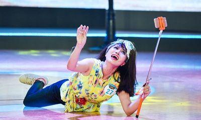 Hot girl ăn vạ trên sân khấu, ép 4 thánh hài bấm nút chọn