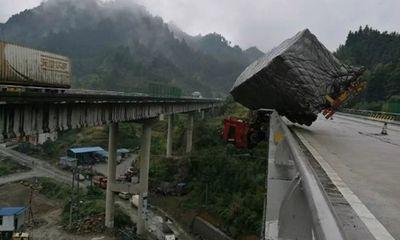Hú hồn xe container treo lơ lửng trên cầu vượt như phim hành động