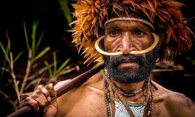 Hình ảnh bộ lạc có phong tục kì lạ để tỏ lòng thương tiếc người chết