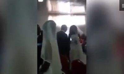Chú rể bối rối khi người tình diện váy giống hệt cô dâu đến dự lễ cưới