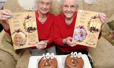 Cặp song sinh hạnh phúc đón sinh nhật lần thứ 100