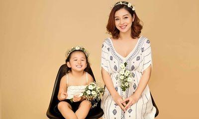 Jennifer Phạm chụp hình cùng con gái trước khi nghỉ sinh