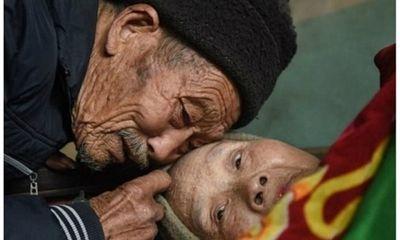 Tình yêu đích thực khiến người đàn ông nguyện chăm sóc vợ liệt giường suốt đời