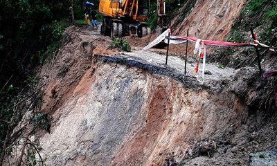 Quảng Nam: Sạt lở đất chia cắt nhiều tuyến đường sau lũ dữ