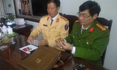 CSGT Bỉm Sơn tìm người trả lại túi đồ chứa nhiều tiền mặt, vàng và đá quý