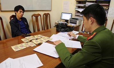8X mang hàng trăm triệu tiền giả về Việt Nam tiêu thụ