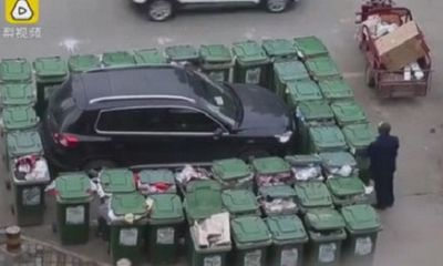 Ô tô bị vây kín bởi hàng chục thùng rác vì đỗ xe thiếu ý thức