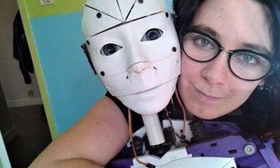 Không thích đụng chạm cơ thể, cô gái quyết định kết hôn với robot