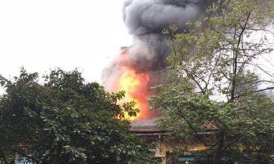 Hà Nội: Khống chế đám cháy lớn tại khu nhà cũ ở Phùng Hưng