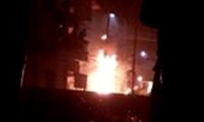 Dân hoảng loạn vì cột điện bốc cháy lúc nửa đêm