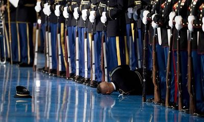 Lính Mỹ ngất xỉu trong lễ chia tay lực lượng vũ trang của ông Obama