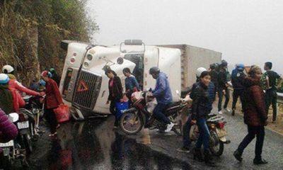 Xe container lật ngang khi đổ đèo, đè 2 người đi xe máy tử vong