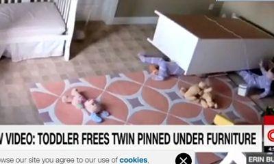Ngưỡng mộ em bé 2 tuổi đẩy tủ cứu anh em sinh đôi