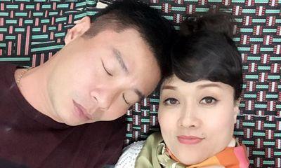 Công Lý tựa đầu vào Vân Dung ngủ ngon lành trong hậu trường Táo quân 2017