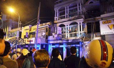 Giải cứu 7 người mắc kẹt trong đám cháy ở TP HCM