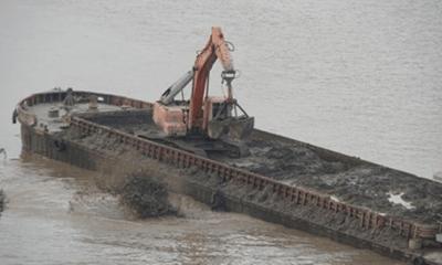 Vụ tàu xả thải xuống sông Hồng: Điều chuyển 3 cán bộ CSGT