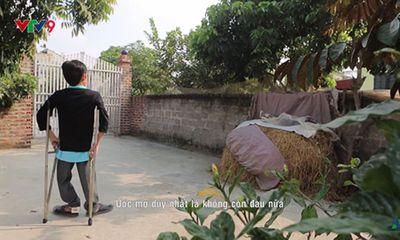 Chàng trai khuyết tật 15 năm chống nạng vẽ tranh