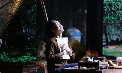Hồng Đào rớm nước mắt vì được Quang Minh trao nhẫn cưới