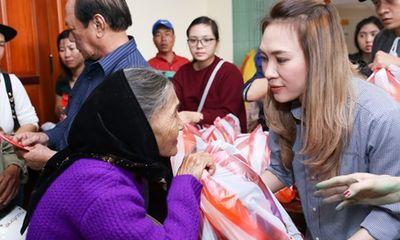 Mỹ Tâm thức trắng đêm chuẩn bị quà Tết cho bà con Quảng Nam
