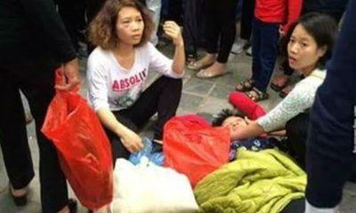 Bà lão bị đánh ngất xỉu vì lỡ dẫm vào chân cô gái