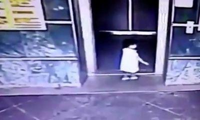 Mẹ nhanh trí đá con ngã ngửa tránh bị thang máy kẹp