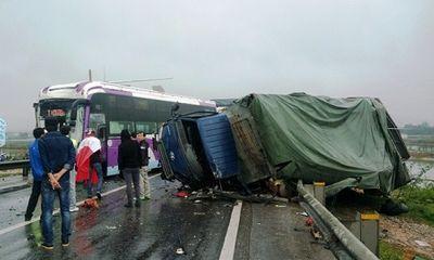 Xe tải bất ngờ bị lật ở chân cầu Gianh, quốc lộ 1A ách tắc hàng km